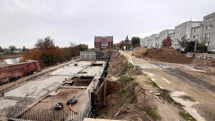 """Mury pną się do góry. Postępy prac przy budowie """"kamienic"""" na Starym Mieście."""