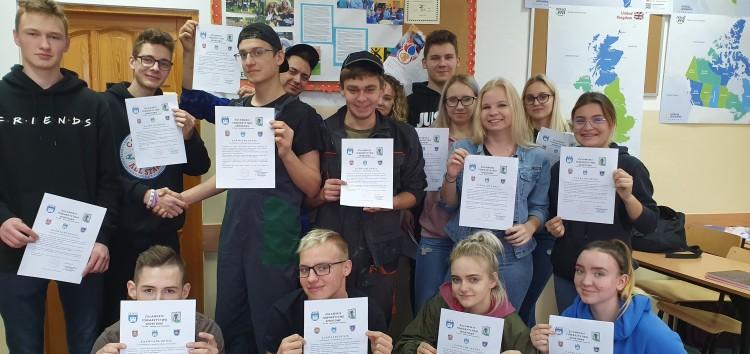 Uczniowie nowodworskiego Zespołu Szkół otrzymali zaświadczenia o wolontariacie w przedsięwzięciu