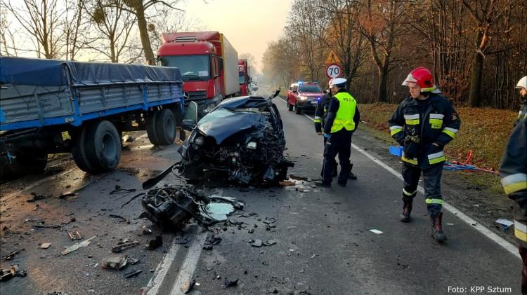 DK55: Zderzenie osobówki z ciężarówką. 22- latka w ciężkim stanie trafiła do szpitala.