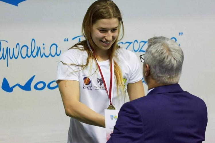 """""""Złota"""" Paulina Cierpiałowska z Malborka pobiła polskie rekordy na Zimowych Mistrzostwach Polski Juniorów w pływaniu."""