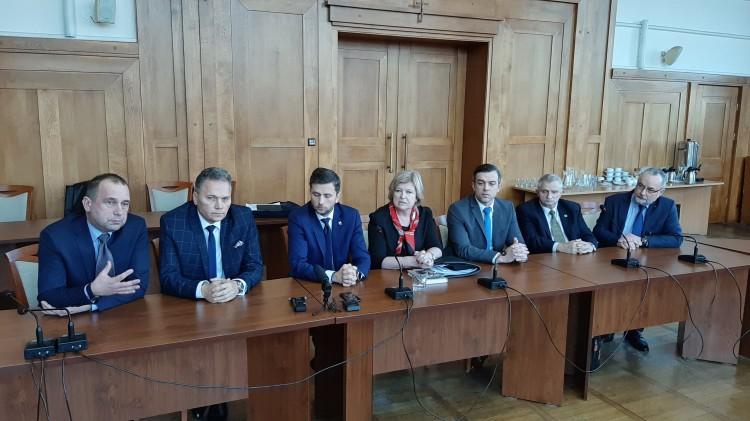 """""""Burmistrz nie rozmawia z nami"""". Konferencja opozycji po zdjęciu projektu uchwały budżetowej z programu XVIII sesji."""