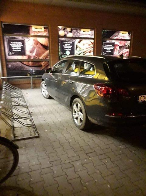 Mistrz (nie tylko) parkowania przed marketem w Nowym Dworze Gdańskim.