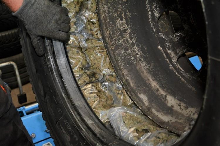 60 kg marihuany ukryte było w dwóch kołach zapasowych
