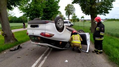 Malbork. Samochód dachował po uderzeniu w drzewo.