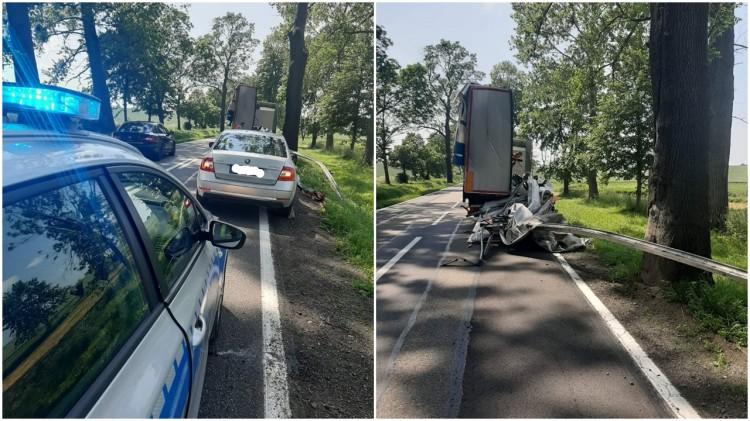 DK55. Z ciężarówki ładunek spadł na jadącą za nim osobówkę.