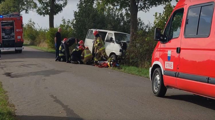 AKTUALIZACJA. Miłoradz. Samochód czołowo uderzył w drzewo. Trwa akcja ratunkowa.