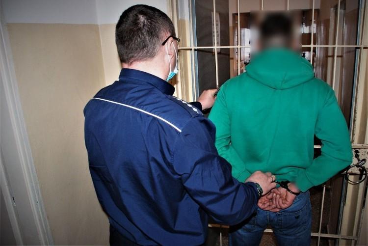 Tczew. Okradł i pobił mężczyznę w salonie gier. Grozi mu do 10 lat więzienia.