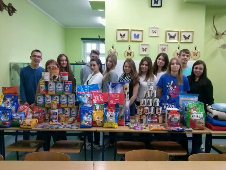 Młodzież z II LO w Malborku zorganizowała zbiórkę karmy dla zwierząt - 08.01.2016