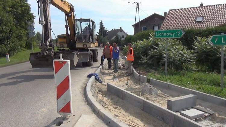 Inwestycje w Ostaszewie. Budują chodniki – 11.08.2016