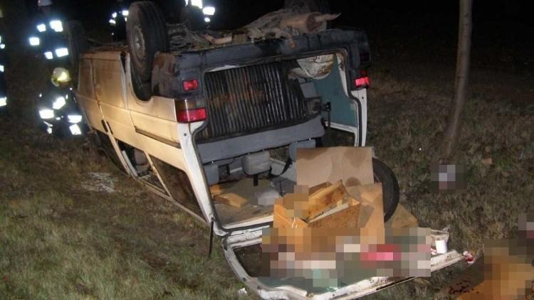 Dwie osoby trafiły do szpitala po dachowaniu busa w Chlebówce